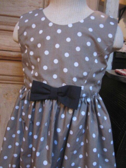 Robe OCTAVIE en coton taupe à pois blancs - Noeuds et boutons recouverts en coton noir (6)