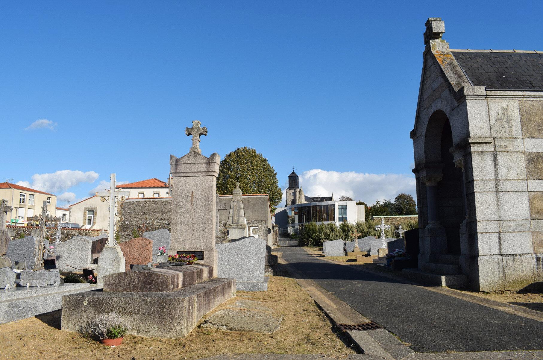 La tombe de l'abbé Girard à Saint-Georges-de-Montaigu