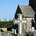 L'église de Jobourg côtoie le centre de retraitement des déchets