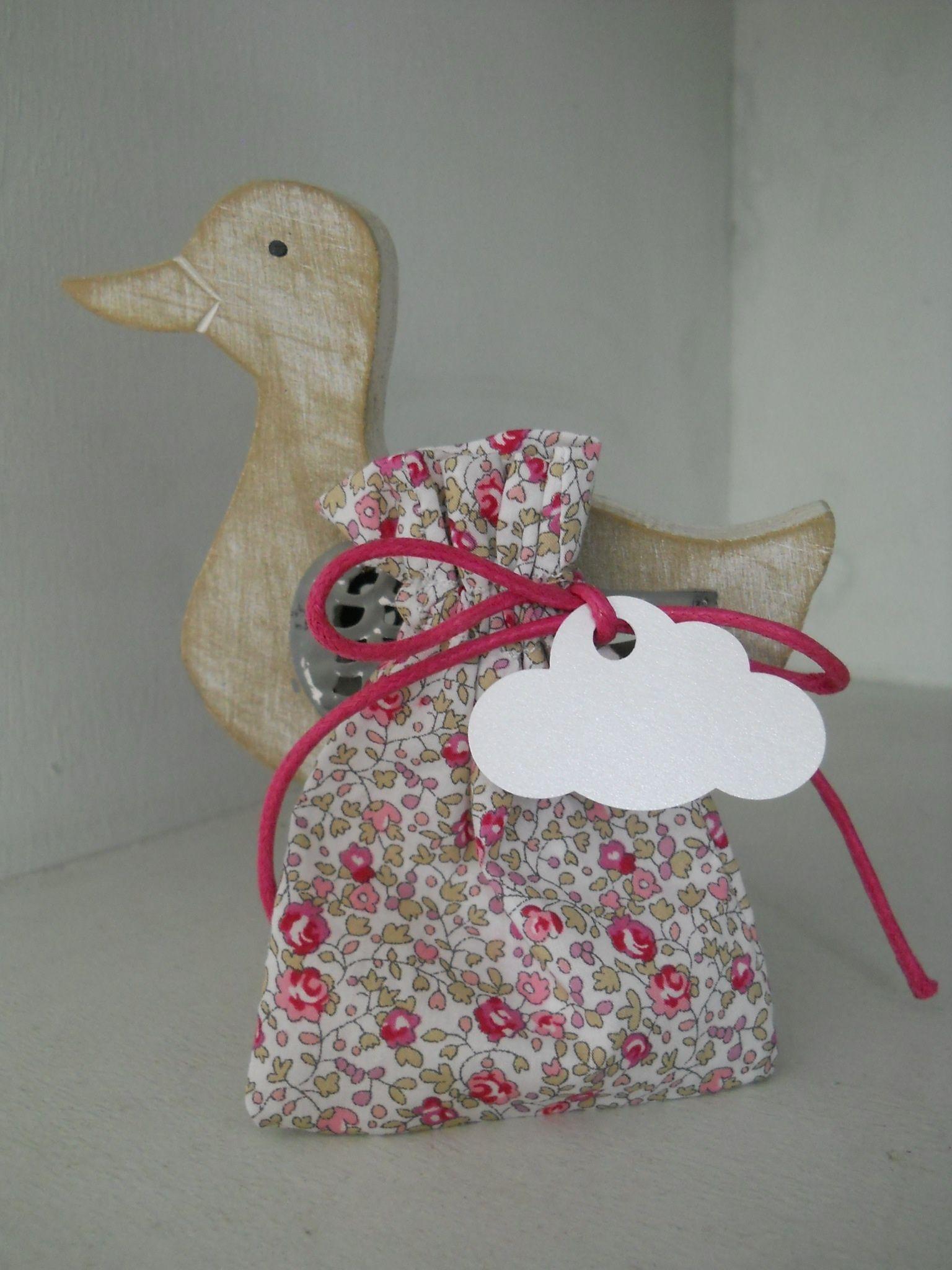 Pochon dragées Liberty eloise rose, cordon fuchsia, étiquette nuage blanc irisé
