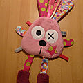 Doudou_lapin_attache_t_tine_rose__1_