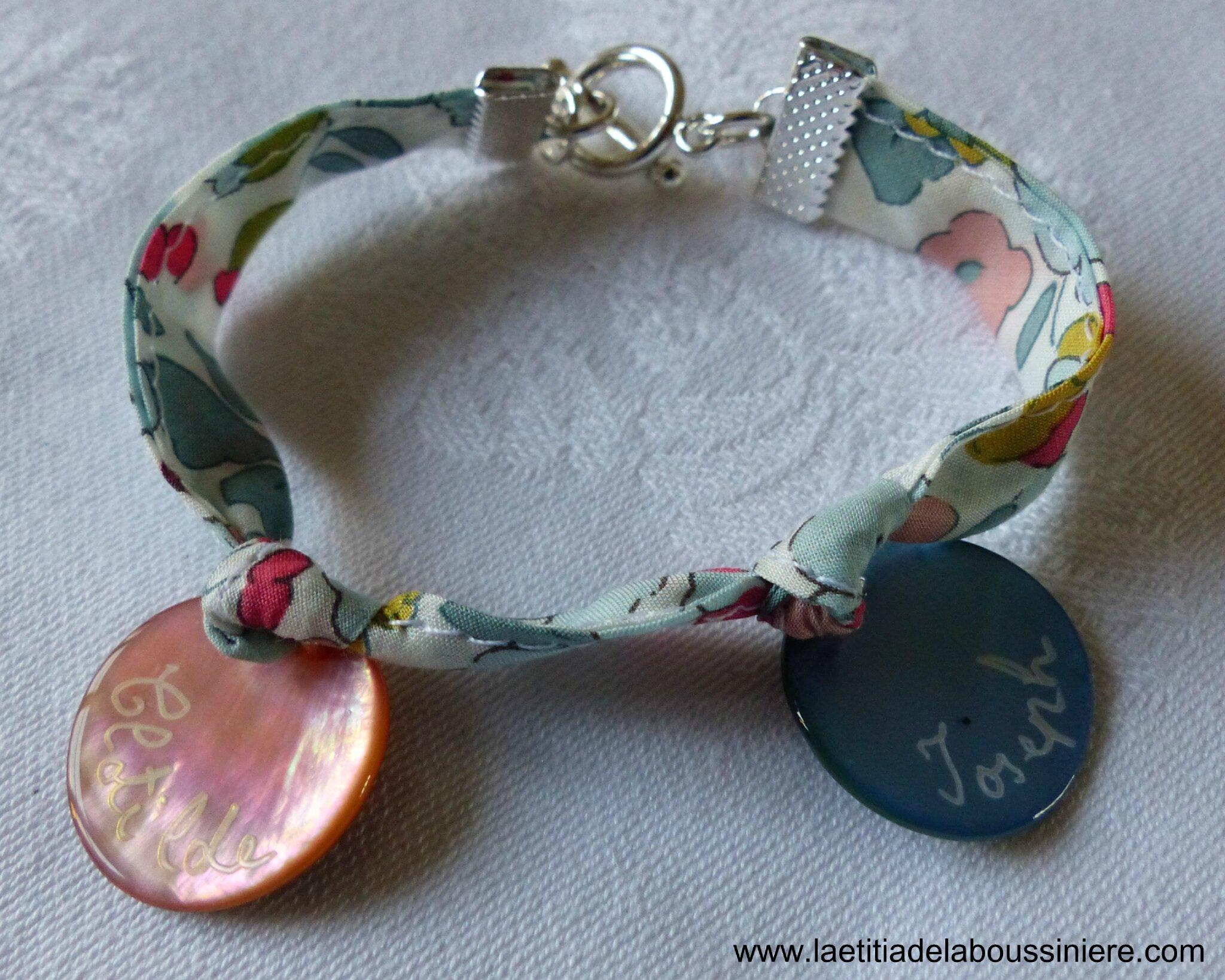 Bracelet sur ruban Betsy porcelaine, médailles en nacre gravées et mini médaille miraculeuse