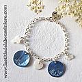 Bracelet personnalisé sur chaîne argent massif avec 2 médailles en nacre gravées et 3 mini pendentifs en nacre