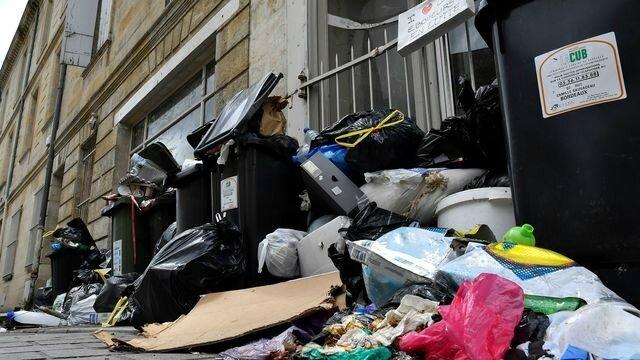 des-poubelles-dans-les-rues-de-bordeaux-le-1er-juillet-2016_5641105