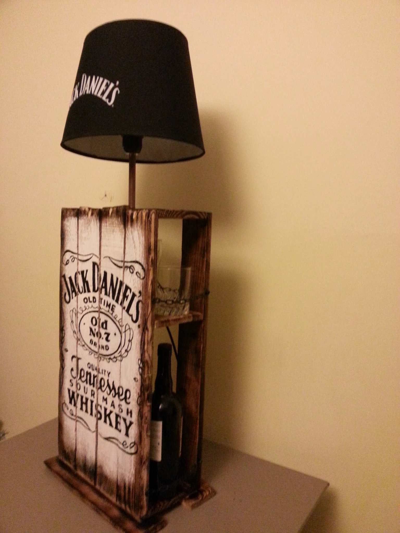 lampe design jack daniel 39 s en palette r cup 39 art d co. Black Bedroom Furniture Sets. Home Design Ideas