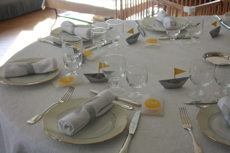 baptème déco theme marin origami bateau gris jaune table7