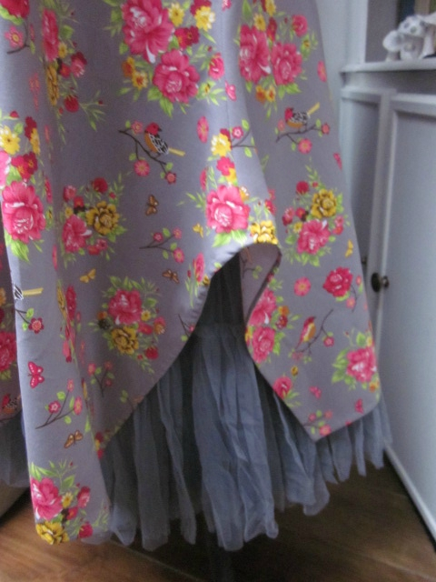 Robe EUPHRASIE en coton gris imprimé fleur et oiseaux rose vert et jaune (4)
