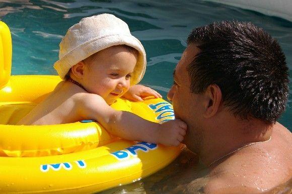 Oscar premier bain dans la piscine 3