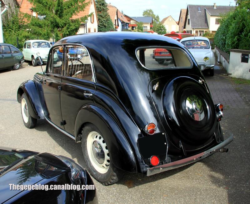 Renault juvaquatre berline 4 portes (1939-1951)(32ème Bourse d'échanges de Lipsheim) 02