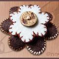 Broche feutine chocolat beige bouton bois (N)