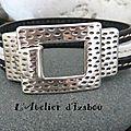 2 bracelets pour une commande spéciale : 1 bracelet double passant en métal argenté martelé et ses cuirs noir, bordeaux et beige