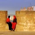 A la fenêtre-miroir de nos différences - essaouira, maroc (2006)