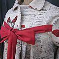 Manteau AGLAE en lin brut imprimé papillon rouge sur fond de journal fermé par un noeud de lin rouge (6)