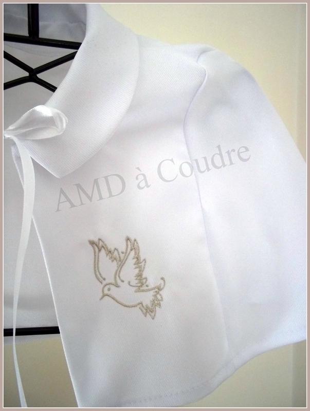 cape blanche de bapteme, brodée personnalisable, en crepe de polyester motif colombe par amd a coudre (6)