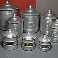 Trois petites boîtes à épices pour jouer, en compagnie de leurs grandes sœurs ! toutes en aluminium et vintage...