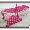 PH2013_03_06-365-mary-du-pole-nord-linge-de-lit-poupee-poupon-jeu-imitation-fait-main-fillette-petite-fille-nenette-biais-rose-fuchsia-rond-pois-blanc-coton-fleur