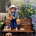 Clément joue dans le jardin