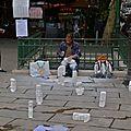Scène de rue sur la place Saint-Michel.