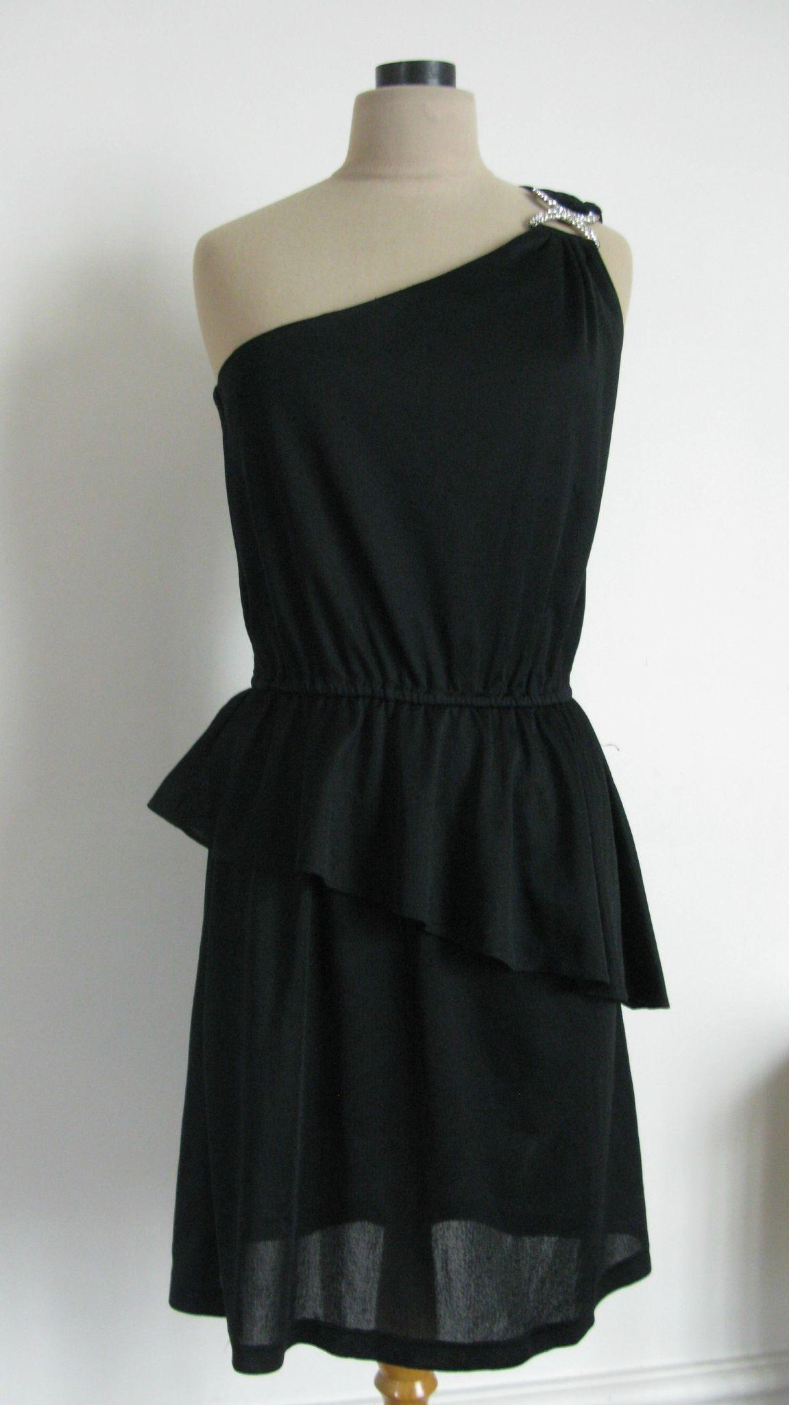 f48f4aaf4c 1981/ Années 80 : Robe noire asymétrique, décor de strass sur épaule ...