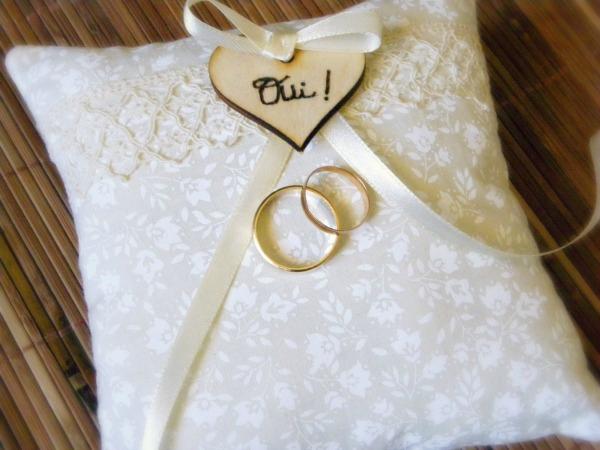 coussin porte alliance ivoire style rétro avec coeur en bois gravé