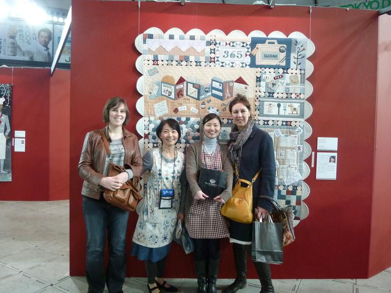 Masako et Emi, Mel et moi devant son nouveau quilt, qui est comme tous le autres superbe