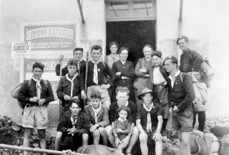 Ch42 - 1948 - Jeanne Tiec - Francine Thomas et Mlle Dreulette avec des scouts