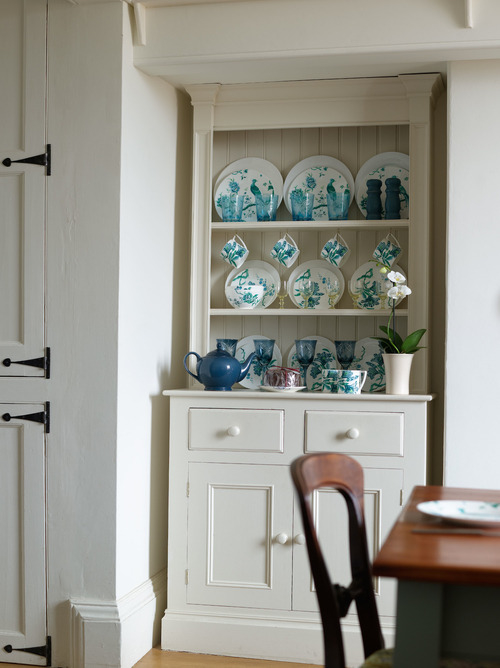 painted+kitchen+dresser+in+farrow+and+ball+clunch,+crockery+from+wedgewood,+Jasper+Conran+chinoiserie+-+seaside+retreat - Copie