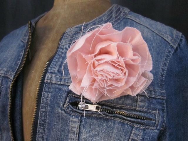 Broche fleur EVELYNE en lin rose dragée (1)