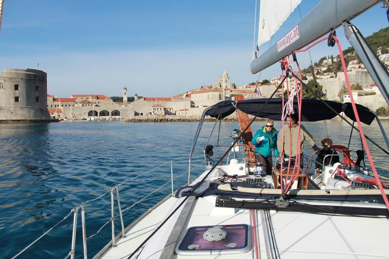 L'entrée du port médiéval de Dubrovnik avec bateau 2
