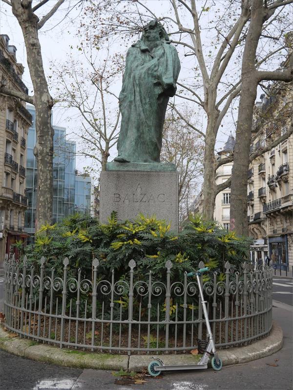 Paris 141219 lumix ym 16 statue Balzac trottinette