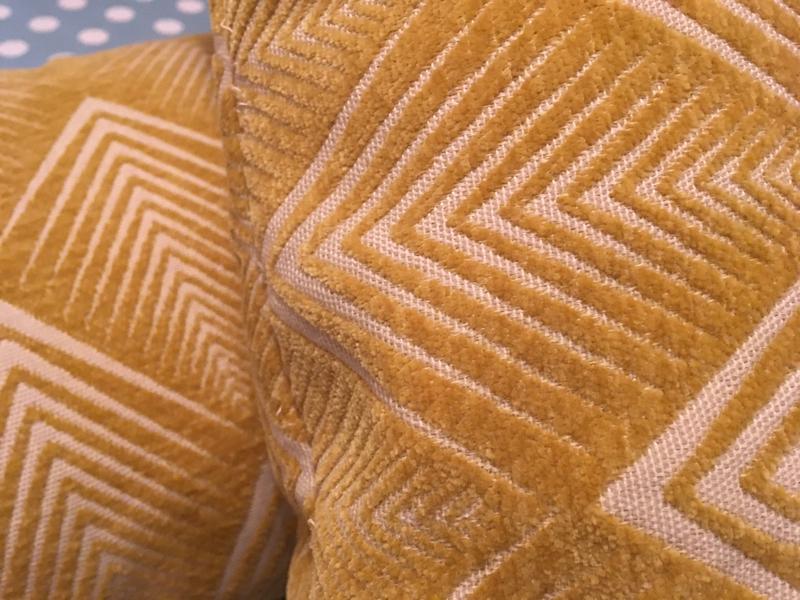 housses de coussin modele maison tissu jacquard chevrons grattés jaune 5