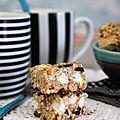 Rocky road bars ou, en français dans le texte, barres aux chocolats, beurre de cacahuète, céréales soufflées et marshmallow.