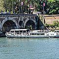 La Baladine passant sous le Pont Neuf