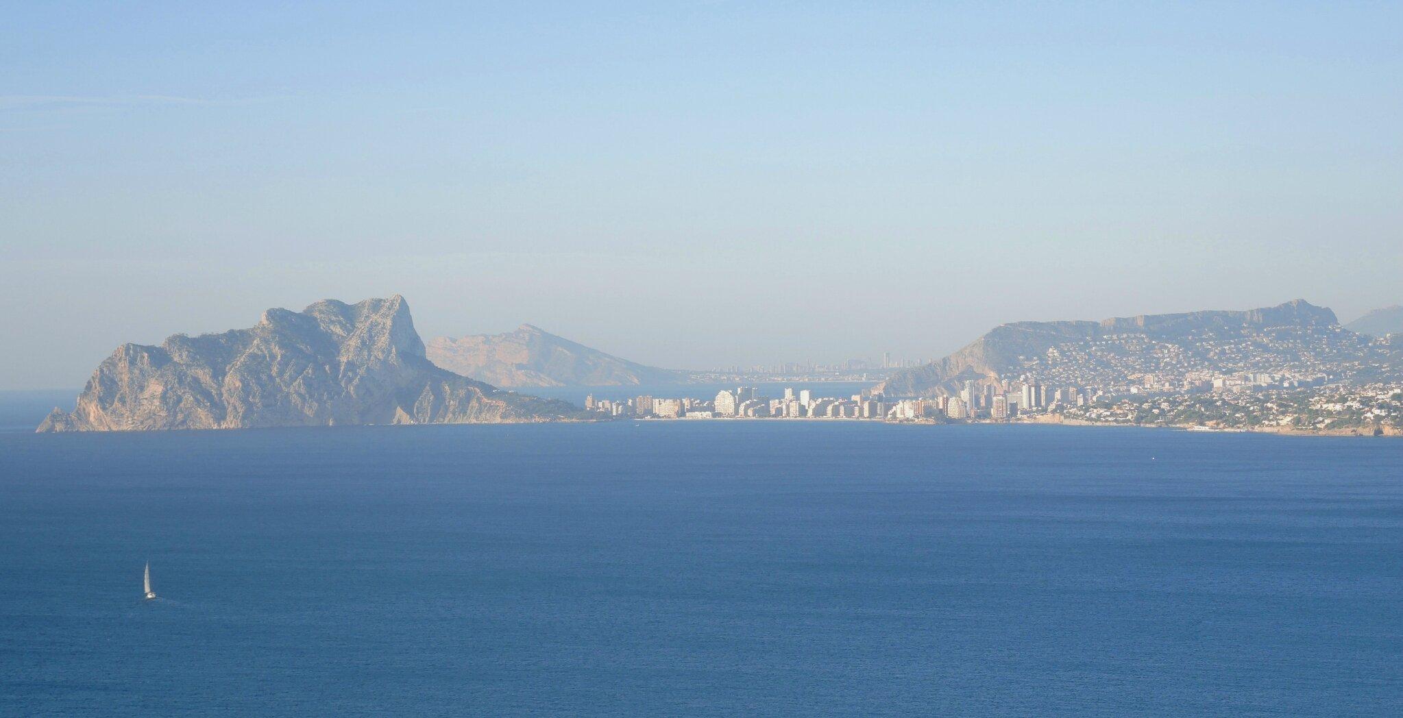 Moraira, vue sur Calp et Benidorm depuis le Cap d'Or (Espagne)