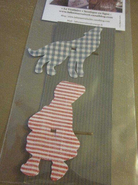 Carte de 2 pinces à cheveux - l'une étant le Loup en coton vichy gris - l'autre étant le Chaperon Rouge en lin rayé rouge et blanc