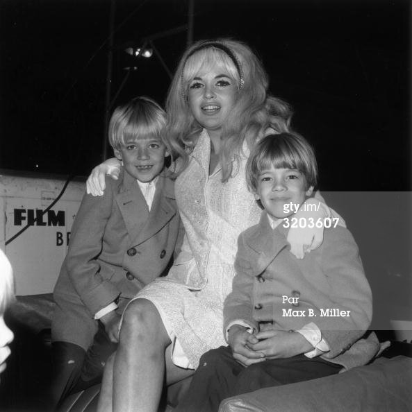 jayne-1966-12-LA-santa_claus_parade-with_zoltan_miklos-1