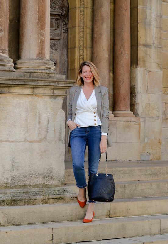 Workingirl en blazer à carreaux et blouse drapée (8)