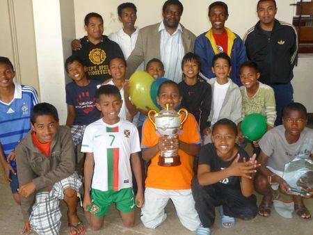 Thierry Sinda et l' équipe de foot l' étoile filante de Tana081
