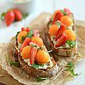Tartine fraises-melon {à l'ail & aux fines herbes} #vegan