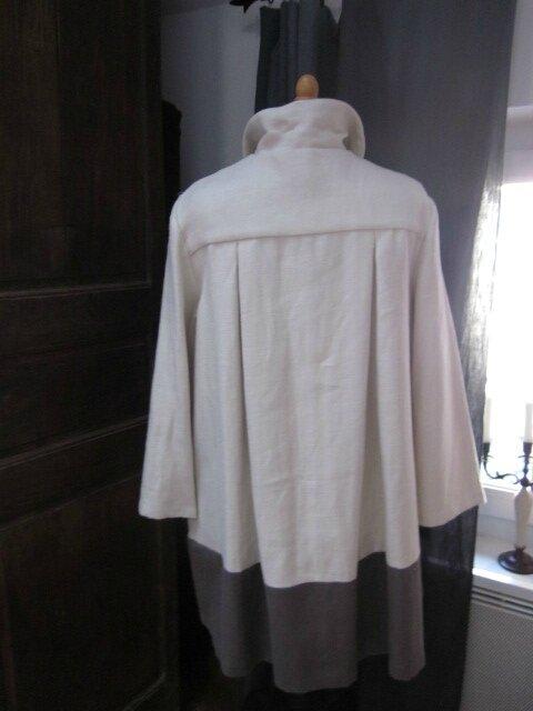 Manteau AGLAE en lin écru avec empiècement bas en lin gris fermé par 3 boutons anciens assortis (1)