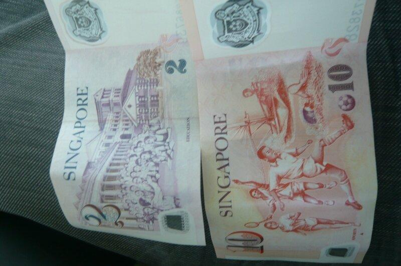 Le dollar de Singapour, on dirait des billets de monopoly !