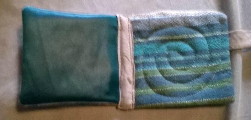 tissu satiné à gauche et chute de torchon matelassé en spirale à droite