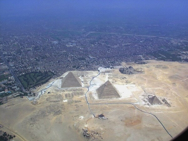 ob_0fc4d4_800px-giza-pyramid-complex-from-air-2928