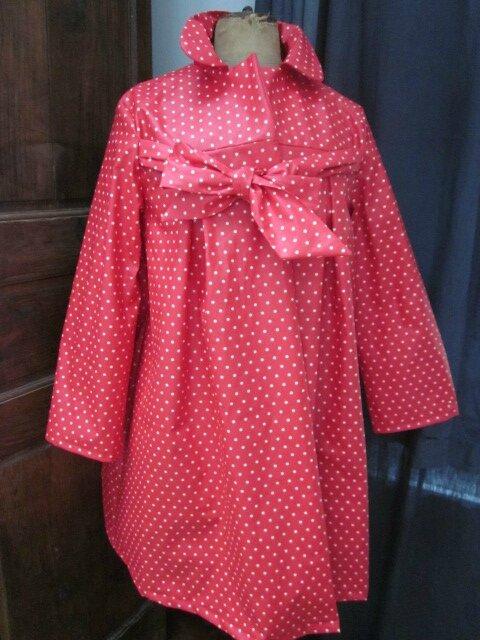Ciré en coton enduit rouge à petits pois blanc fermé sur le devant par un noued dans le même tissu (3)