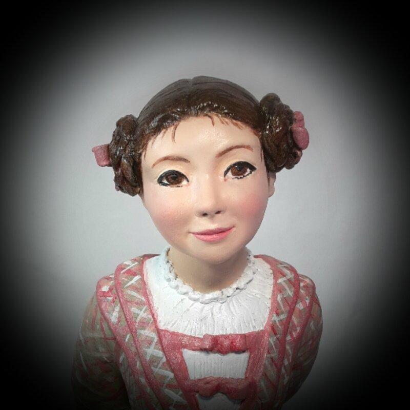Sophie Casse-pieds, terre grise 20 cm
