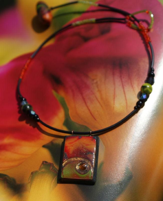 Collection tesselles laquées : le collier avec arabesques vert et orange