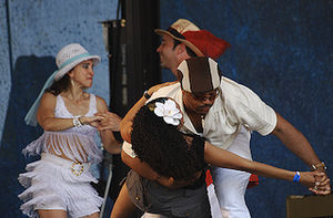 JFblog_Fredy_with_dancers_1_