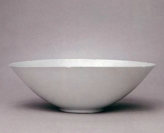 A white-glazed anhua-decorated foliate-rimmed bowl, Yongle mark and the period ( 1403-1424)