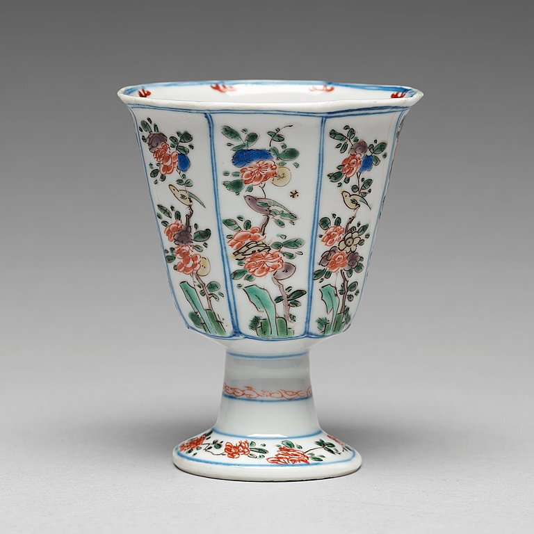 A famille verte octagonal Stem cup, Qing dynasty, Kangxi (1662-1722)