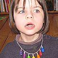 Emeline et son collier nounours